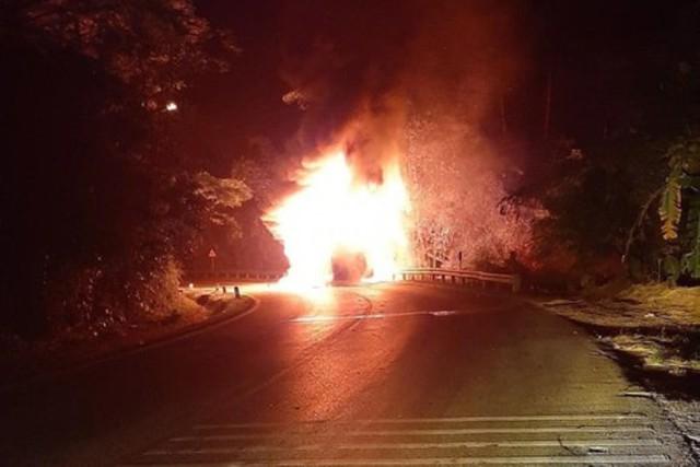 Xe chở 20 hành khách bỗng nhiên bốc cháy dữ dội trong đêm - Ảnh 1.
