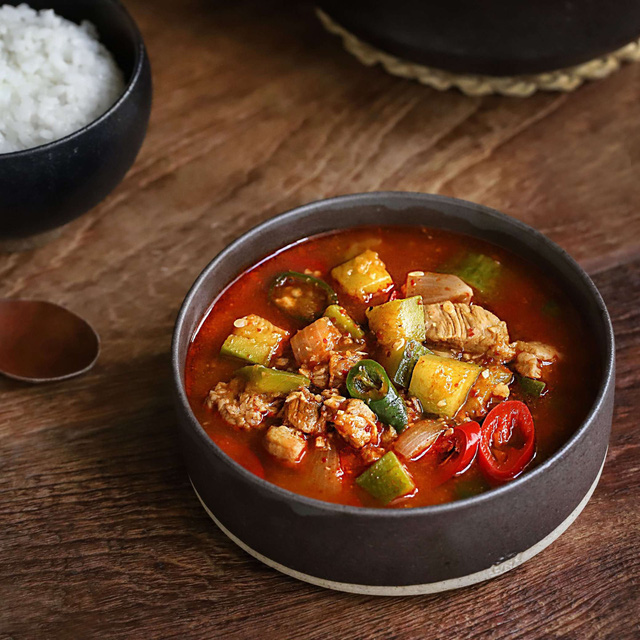 Học người Hàn nấu món canh thịt, ăn vào tiết trời mùa đông là ngon số 1! - Ảnh 6.