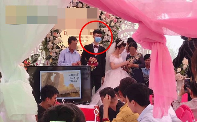 Bức cảnh cưới gây sốt: Chú rể mang khẩu trang khi làm lễ - Ảnh 1.