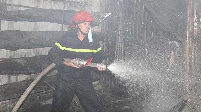 Ninh Bình: Cháy chợ, 30 kiốt bị thiêu rụi  - Ảnh 1.