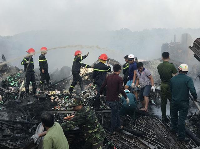 Cháy cả dãy nhà 12 căn trong chợ, bé gái 14 tuổi tử vong - Ảnh 3.