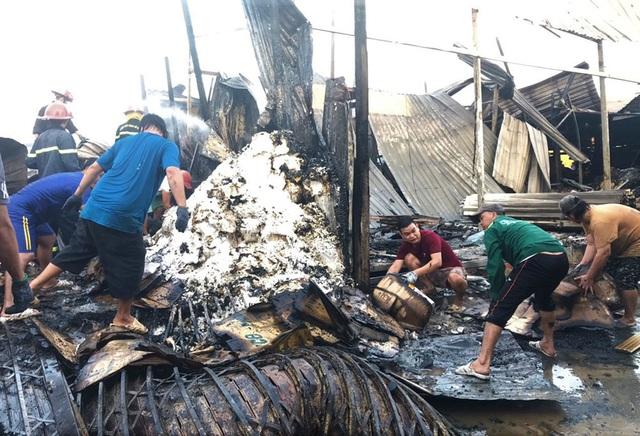Cháy cả dãy nhà 12 căn trong chợ, bé gái 14 tuổi tử vong - Ảnh 4.