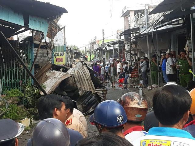 Cháy cả dãy nhà 12 căn trong chợ, bé gái 14 tuổi tử vong - Ảnh 5.