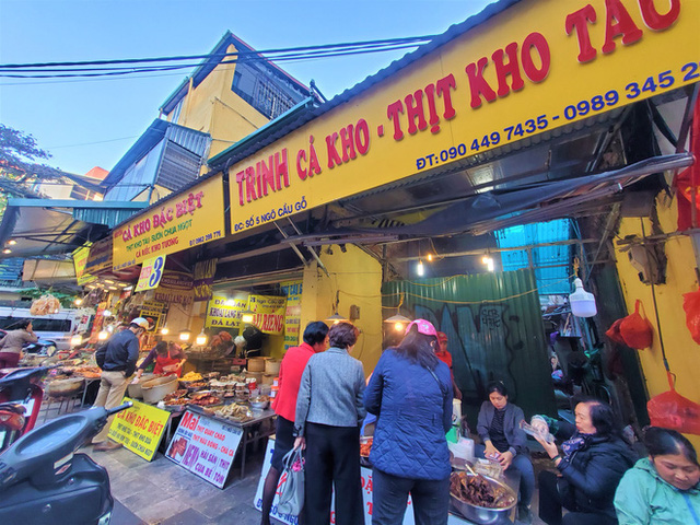 Khu chợ độc nhất Hà Nội: Mở vài tiếng bán hàng trăm cân cá kho, trời lạnh càng hút khách - Ảnh 1.