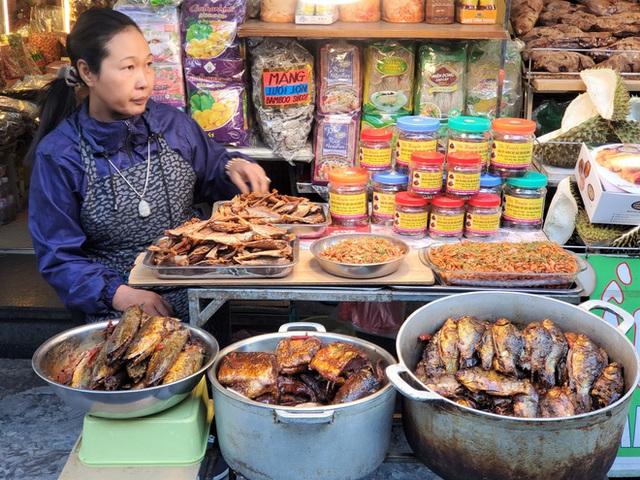 Khu chợ độc nhất Hà Nội: Mở vài tiếng bán hàng trăm cân cá kho, trời lạnh càng hút khách - Ảnh 7.