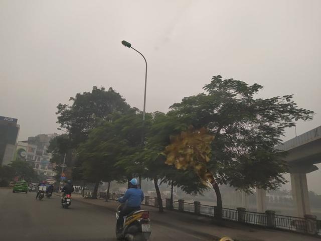 Hà Nội: Sương mù bao phủ từ sáng sớm khiến người dân lo ngại đến sức khỏe - Ảnh 10.