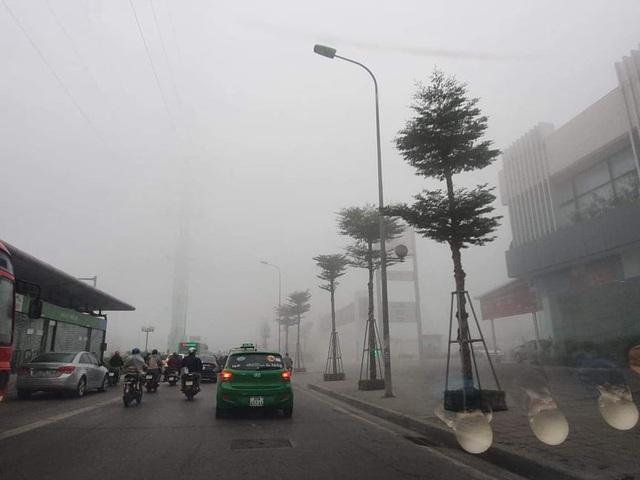 Hà Nội: Sương mù bao phủ từ sáng sớm khiến người dân lo ngại đến sức khỏe - Ảnh 2.