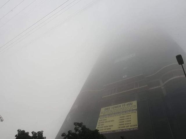 Hà Nội: Sương mù bao phủ từ sáng sớm khiến người dân lo ngại đến sức khỏe - Ảnh 3.