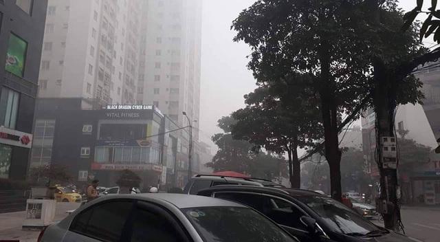 Hà Nội: Sương mù bao phủ từ sáng sớm khiến người dân lo ngại đến sức khỏe - Ảnh 5.