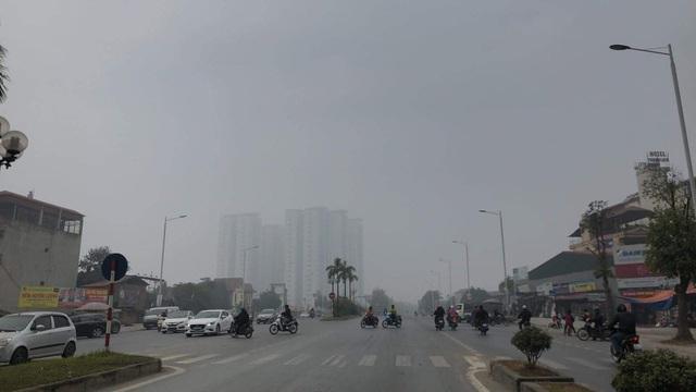 Hà Nội: Sương mù bao phủ từ sáng sớm khiến người dân lo ngại đến sức khỏe - Ảnh 12.
