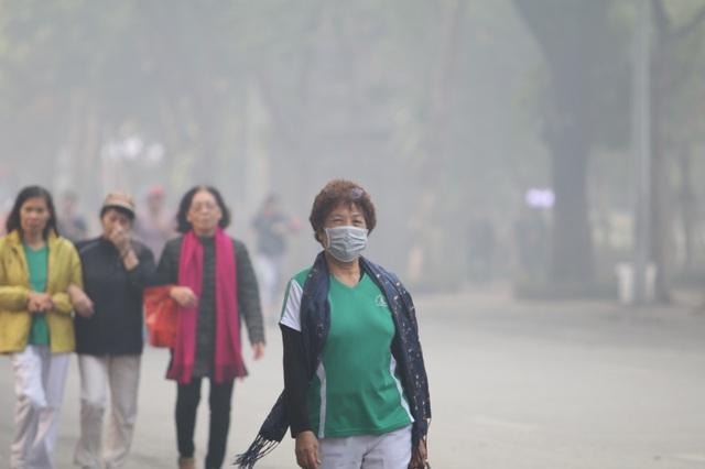 """Hà Nội ô nhiễm không khí mức nguy hiểm kéo dài, dân """"bất lực"""" chờ mưa? - Ảnh 1."""