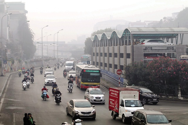"""Hà Nội ô nhiễm không khí mức nguy hiểm kéo dài, dân """"bất lực"""" chờ mưa? - Ảnh 2."""