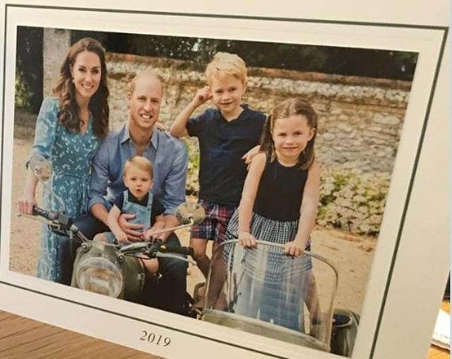 William bế con út ngồi xe máy trong thiệp Giáng sinh - Ảnh 1.