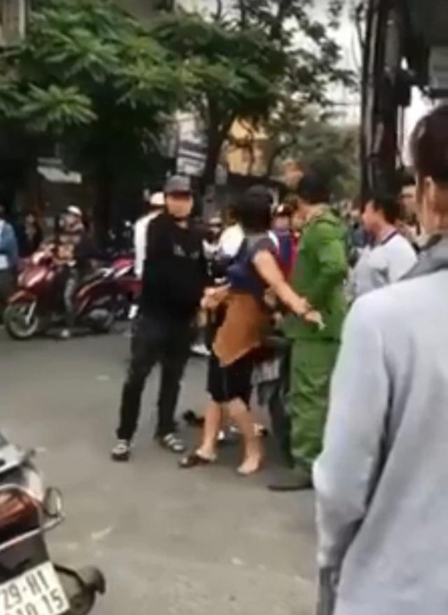 Sốc với clip người phụ nữ gây gổ giữa đường sau va chạm giao thông, bị công an áp giải lên xe vẫn tiếp tục gào thét - Ảnh 3.