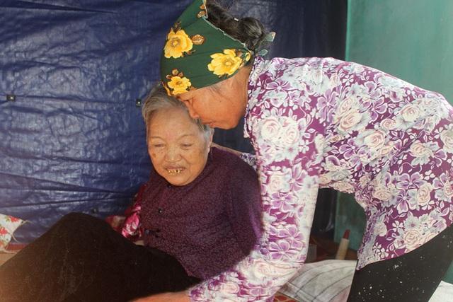 Ám ảnh câu nói của người đàn bà bệnh tật nuôi chị gái liệt giường và mẹ già gần trăm tuổi - Ảnh 3.
