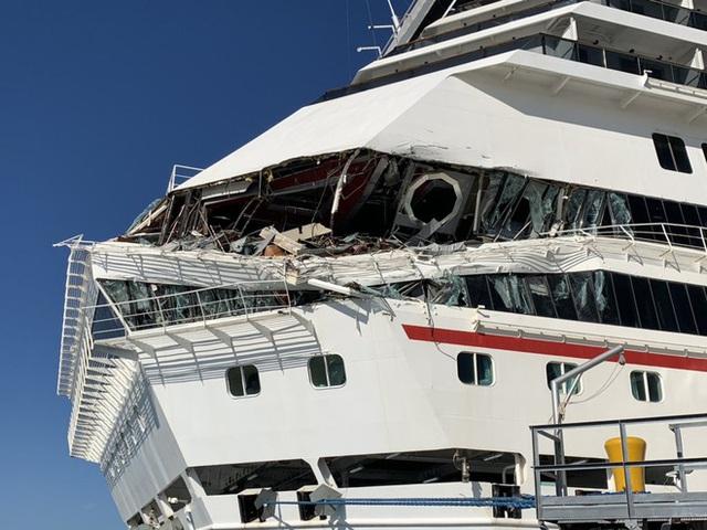 Hai du thuyền khổng lồ đâm nhau ở biển Caribê - Ảnh 2.