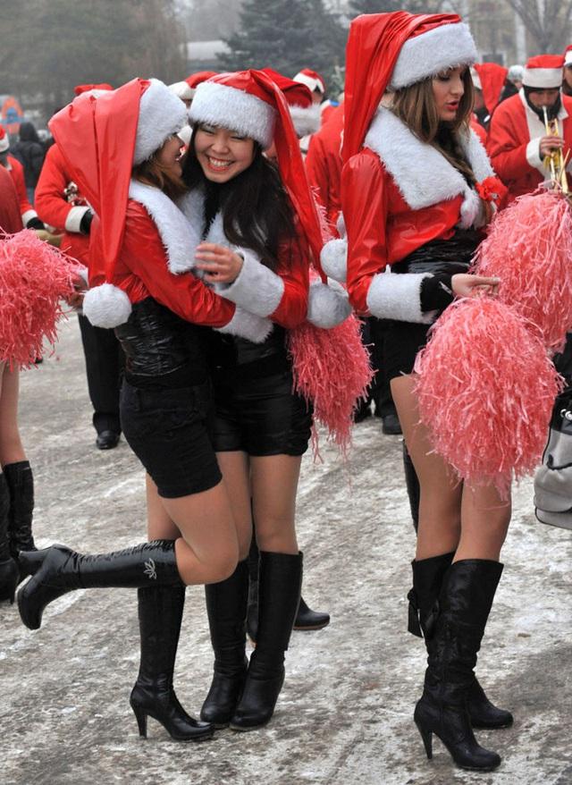 Ngắm những bà già Noel xinh đẹp, quyến rũ nhất thế giới - Ảnh 13.