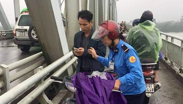 Thiếu tá quân đội lao theo cứu cô gái nhảy cầu Bến Thủy - Ảnh 1.