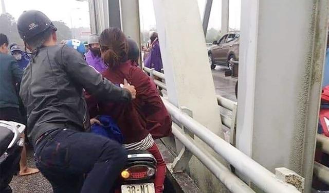 Thiếu tá quân đội lao theo cứu cô gái nhảy cầu Bến Thủy - Ảnh 2.