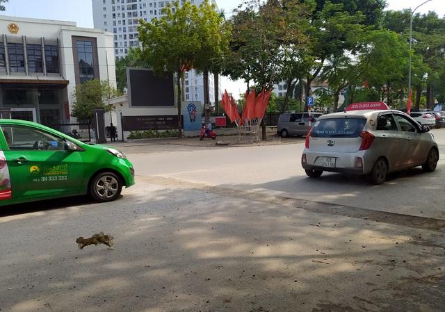 Người dân Thủ đô bức xúc vì đường phố đang đẹp bỗng dưng bị đào xới nhếch nhác dịp cận Tết - Ảnh 10.