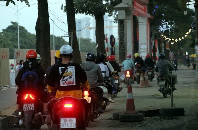 Hà Nội: Xe máy, ô tô đánh vật để di chuyển qua công trường đường đua F1 - Ảnh 4.