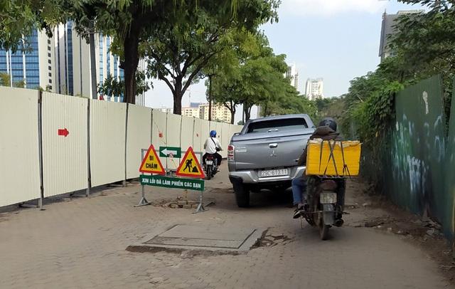 Hà Nội: Xe máy, ô tô đánh vật để di chuyển qua công trường đường đua F1 - Ảnh 16.