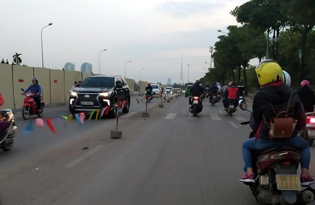 Hà Nội: Xe máy, ô tô đánh vật để di chuyển qua công trường đường đua F1 - Ảnh 17.