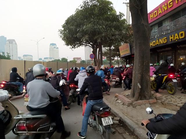 Hà Nội: Xe máy, ô tô đánh vật để di chuyển qua công trường đường đua F1 - Ảnh 3.