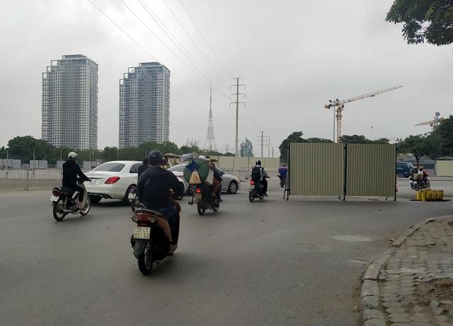 Hà Nội: Xe máy, ô tô đánh vật để di chuyển qua công trường đường đua F1 - Ảnh 18.