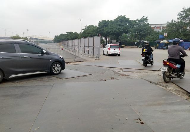 Hà Nội: Xe máy, ô tô đánh vật để di chuyển qua công trường đường đua F1 - Ảnh 13.