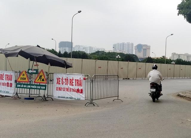 Hà Nội: Xe máy, ô tô đánh vật để di chuyển qua công trường đường đua F1 - Ảnh 14.