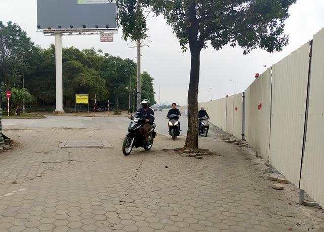Hà Nội: Xe máy, ô tô đánh vật để di chuyển qua công trường đường đua F1 - Ảnh 15.