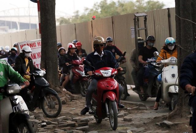 Hà Nội: Xe máy, ô tô đánh vật để di chuyển qua công trường đường đua F1 - Ảnh 5.