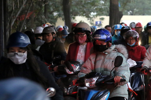 Hà Nội: Xe máy, ô tô đánh vật để di chuyển qua công trường đường đua F1 - Ảnh 6.