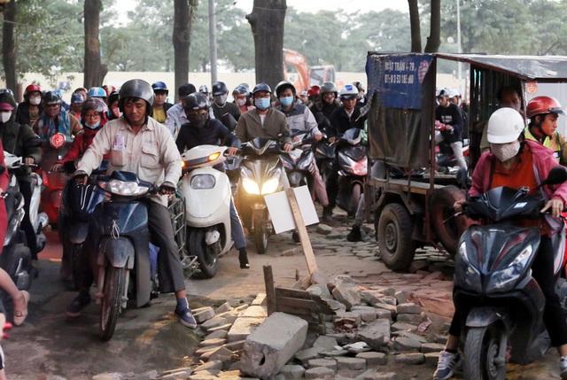 Hà Nội: Xe máy, ô tô đánh vật để di chuyển qua công trường đường đua F1 - Ảnh 7.