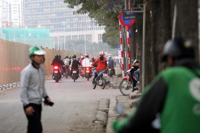 Hà Nội: Xe máy, ô tô đánh vật để di chuyển qua công trường đường đua F1 - Ảnh 9.