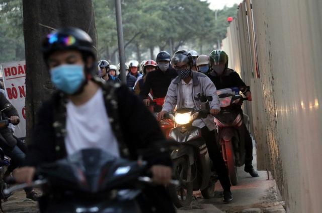 Hà Nội: Xe máy, ô tô đánh vật để di chuyển qua công trường đường đua F1 - Ảnh 8.
