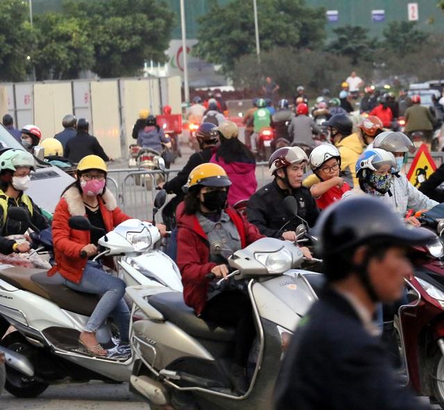 Hà Nội: Xe máy, ô tô đánh vật để di chuyển qua công trường đường đua F1 - Ảnh 11.