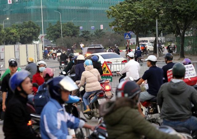 Hà Nội: Xe máy, ô tô đánh vật để di chuyển qua công trường đường đua F1 - Ảnh 12.