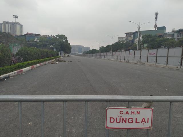 Hà Nội: Xe máy, ô tô đánh vật để di chuyển qua công trường đường đua F1 - Ảnh 2.
