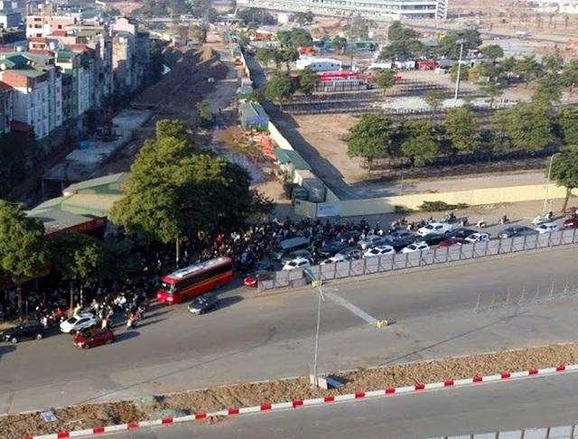 Video: Ô tô nối đuôi nhau nhích từng mét qua công trường thi công đường đua F1 tại Hà Nội - Ảnh 3.