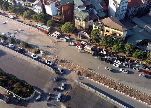 Video: Ô tô nối đuôi nhau nhích từng mét qua công trường thi công đường đua F1 tại Hà Nội - Ảnh 5.