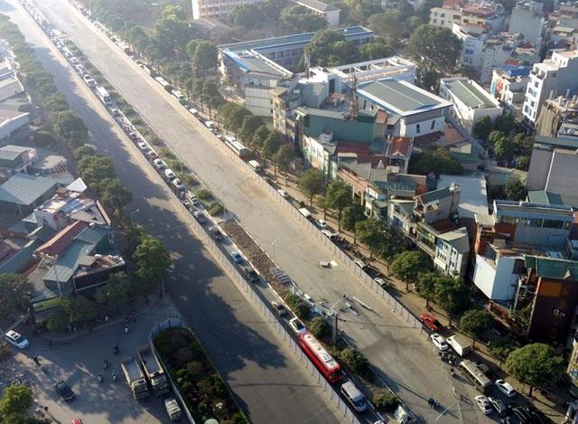 Video: Ô tô nối đuôi nhau nhích từng mét qua công trường thi công đường đua F1 tại Hà Nội - Ảnh 6.