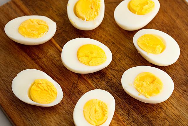Thói quen nhiều người mắc khi luộc biến trứng gà thành chất độc - Ảnh 4.