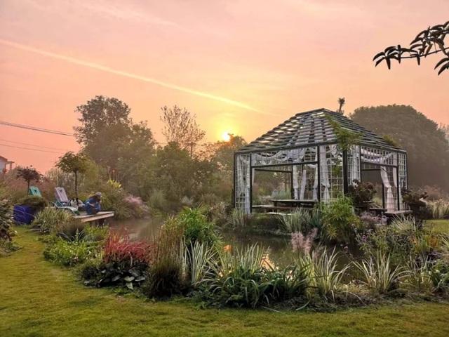 Cặp vợ chồng trẻ dành 5 năm để biến khu đất hoang rộng 6000m² thành khu vườn thiên đường của cỏ cây, hoa lá - Ảnh 27.