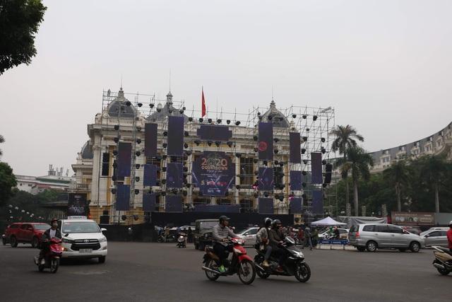 Vạn người đang đổ về trung tâm Thủ đô đón chào Lễ hội đếm ngược chào năm mới 2020 - Ảnh 7.