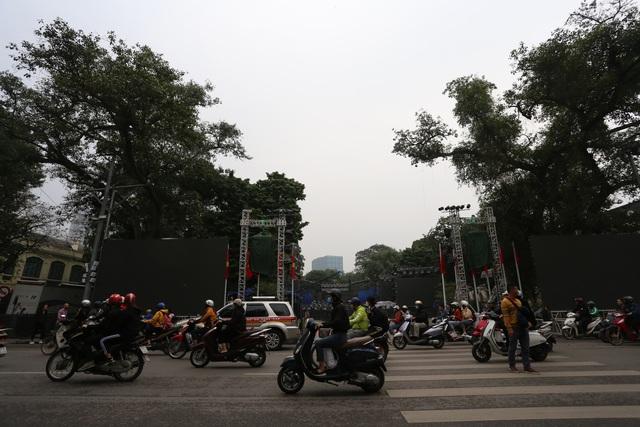 Vạn người đang đổ về trung tâm Thủ đô đón chào Lễ hội đếm ngược chào năm mới 2020 - Ảnh 9.