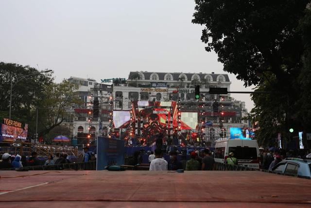 Vạn người đang đổ về trung tâm Thủ đô đón chào Lễ hội đếm ngược chào năm mới 2020 - Ảnh 10.