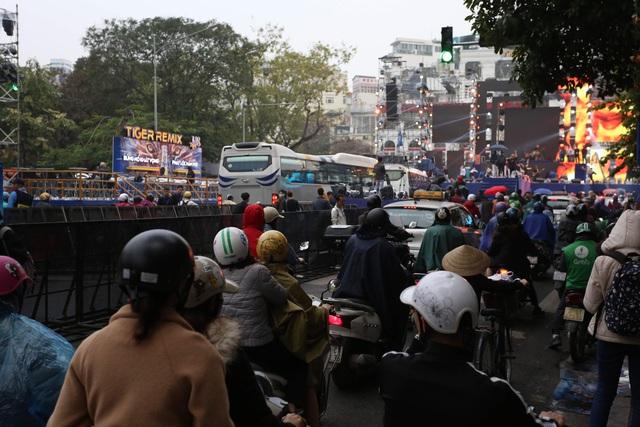 Vạn người đang đổ về trung tâm Thủ đô đón chào Lễ hội đếm ngược chào năm mới 2020 - Ảnh 4.