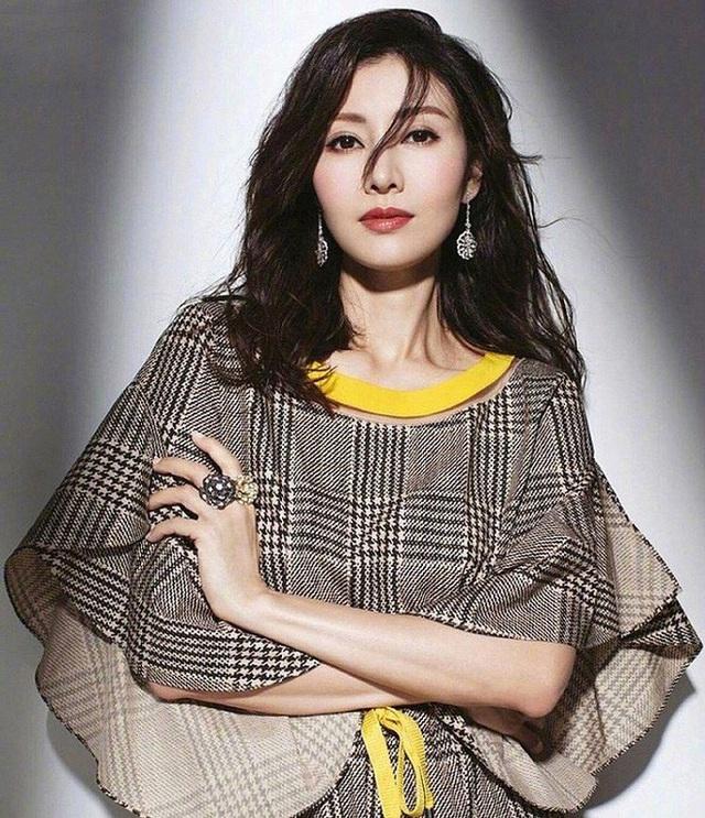 Hoa hậu đẹp nhất lịch sử Hong Kong: Bỏ tài tử nổi tiếng, lao vào các cuộc tình vật chất với đại gia - Ảnh 3.